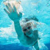 水泳(クロール)の指は開く?閉じる?最も効率が良い手の形について