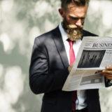 新聞読む男性