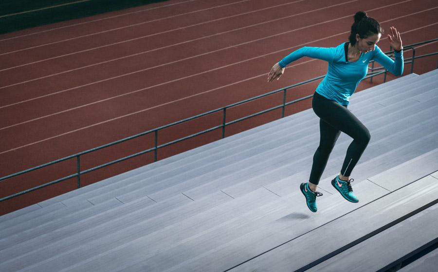 ナイキのシューズで走る女性