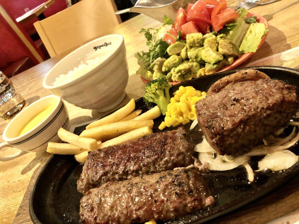 ハンバーグとステーキとサラダ